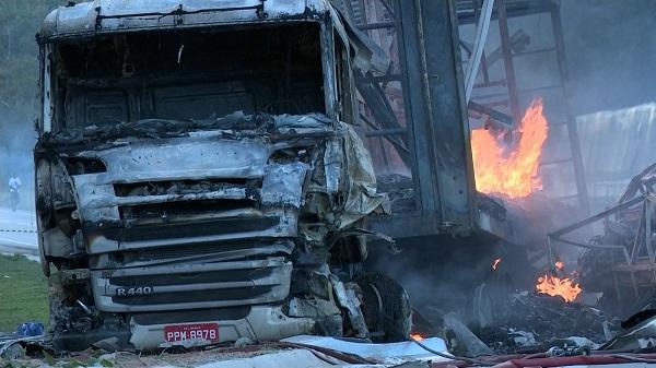 巴西发生4车连撞交通事故 至少11人死亡