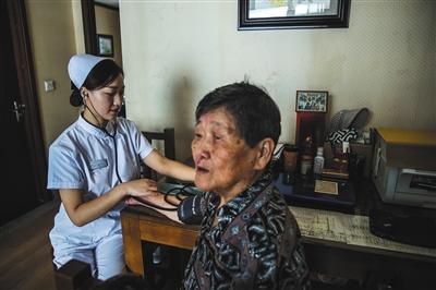 8月31日,燕郊一养老院内,护士来到张国英老人的房间为她测血压。