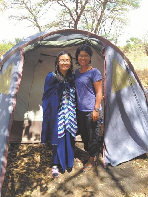 高久媚(左)和美国同学在非洲草原。