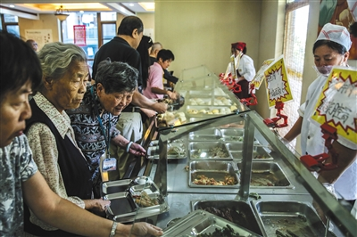 9月5日,燕郊一家养老院,80岁的张国英老人(左三)每天午饭时,会多打一些菜带回住处,当做晚饭。她说,入住养老院后不用再买菜做饭了,给老人们省了大事。