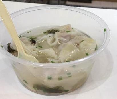 """小馄饨的汤里漂着紫菜,而一只小蟑螂则""""混迹其中""""。"""