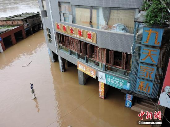 9月10日,四川省达州市渠县三汇镇街道进水,屋宇被淹。中新社发 川友 摄