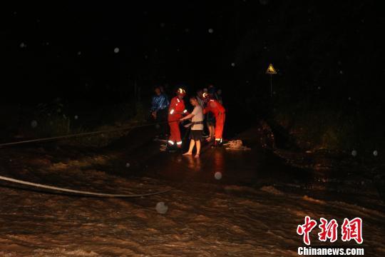 云南元江9人被困山体滑坡和洪水间 已成功救出