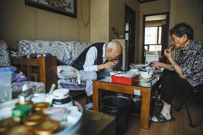 9月1日早晨,燕郊一养老院,张国英老人和老伴一起吃早餐。