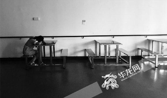 重庆师范大学儿童智能发展中心内,一个小孩在沉睡。见习记者 陈旭 摄