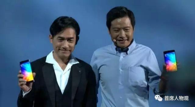 图:发布会上,雷军和梁朝伟展示小米新品