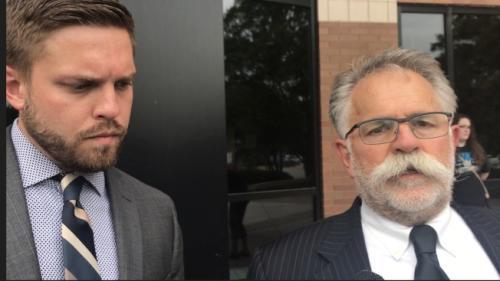 辩方原律师团队伊凡·布鲁诺 (左)和汤姆·布鲁诺(右)。(美国《世界日报》特派员黄惠玲/摄影)