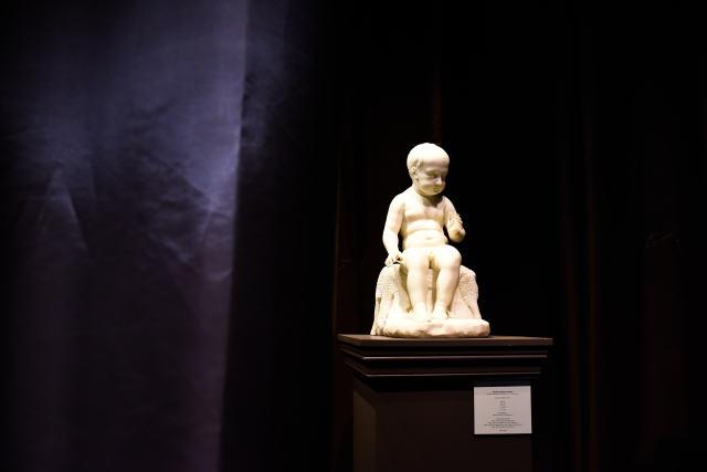 ↑这是9月11日在法国巴黎古董双年展上拍摄的一座雕像。