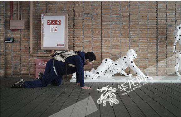 孤独症患者点点在模仿雕塑。寻影季摄影工作室供图 华龙网发
