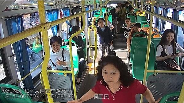公交司机一脚刹车救一车人 塔吊倒下险砸车头