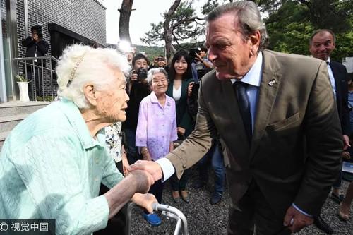 当地时间9月11日,正在该国访问的施罗德拜访慰安妇受害者。(图片来源:视觉中国)
