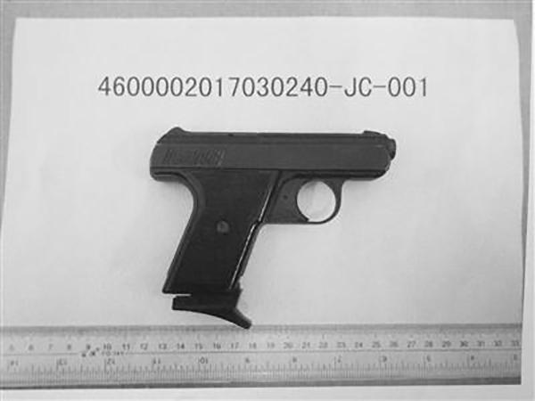 缴获的催泪枪。  海南特区报 图