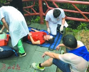 医护人员在半山处对伤者进行救治。广州日报 图