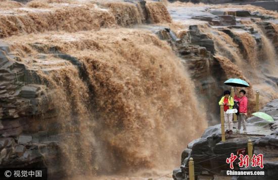 9月5日,游客在黄河壶口瀑布景区游览鉴赏瀑布。王新 摄 图片泉源:视觉中国