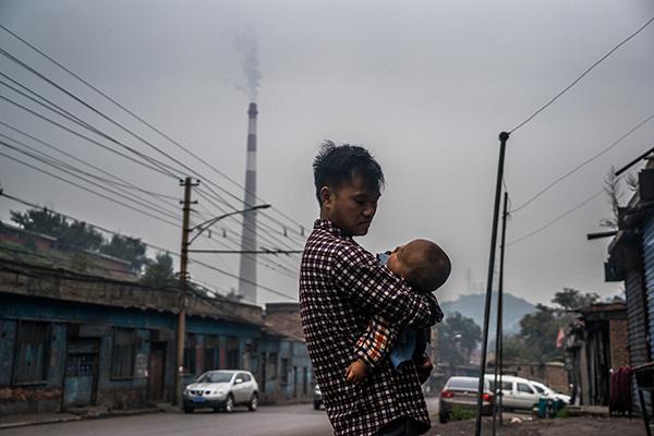 山西太原有煤都之称。煤炭给人们带来温暖和光明的同时,也带来了采暖期燃煤污染。视觉中国 资料