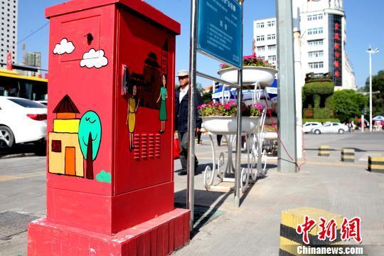 图为西宁市城东区一十字路口的彩绘配电箱.张添福 摄-青海西宁街头图片