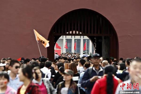 北京天安门广场每年都会迎来国庆旅游高峰。中新社 资料图