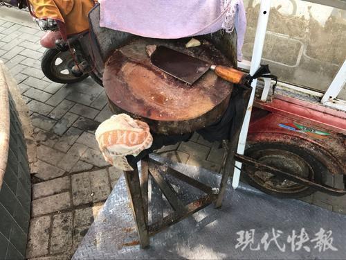"""卤菜摊油污横流污染环境 南京城管创新加""""脚垫"""""""