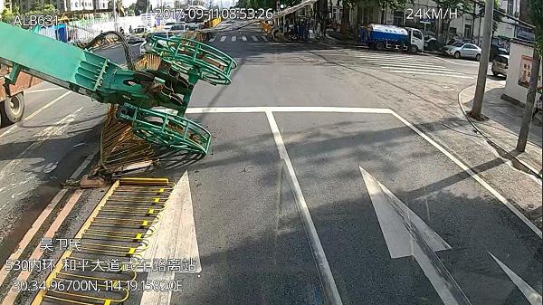 十多米高的塔吊倒在公交车前。  本文图片均来自武汉公共交通集团有限责任公司网站