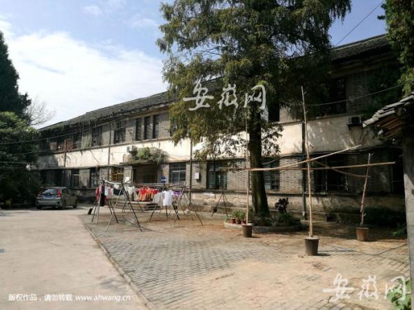 """""""徽州行署文化局""""的二层青砖老宅院。"""