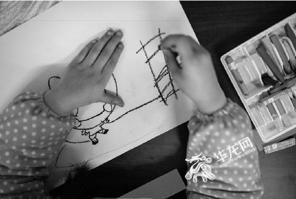 绘画的自闭症儿童。寻影季摄影工作室供图 华龙网发