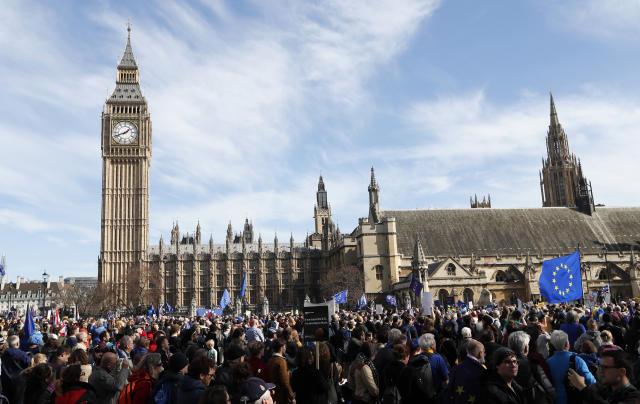 """2017年3月25日,在英国伦敦的议会大厦旁,民众参加反""""脱欧""""游行。(新华/美联)"""