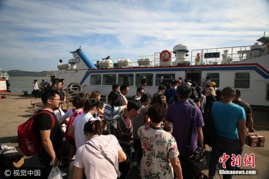 9月12日下午,台风来袭,舟山岛际交通部分停航游客疏散。姚峰 摄 图片来源:视觉中国