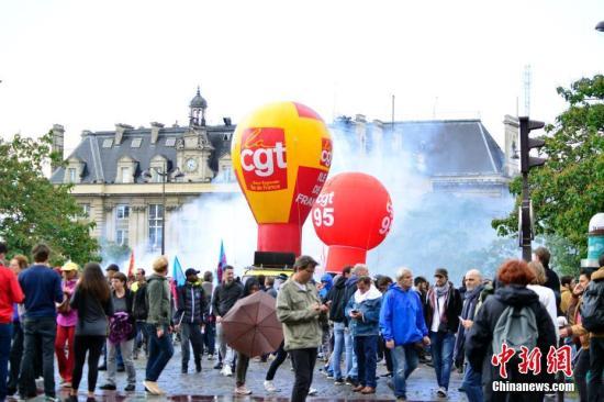 法国多个城市9月12日爆发罢工游行,抗议该国总统马克龙推行的劳动法改革。中新社记者 龙剑武 摄<b>futtest旗舰店</b>