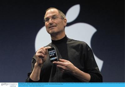 2007年,乔布斯发布首款iPhone。图片来源:视觉中国