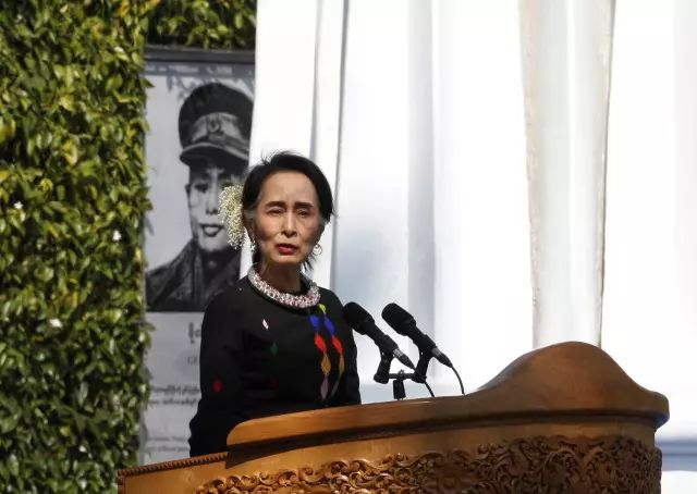 2月12日,在缅甸掸邦彬龙镇,缅甸国务资政昂山素季在活动上致辞,呼吁缅甸所有民族武装加入和平进佛山爱度假旅行社专营店程 。新华社/美联