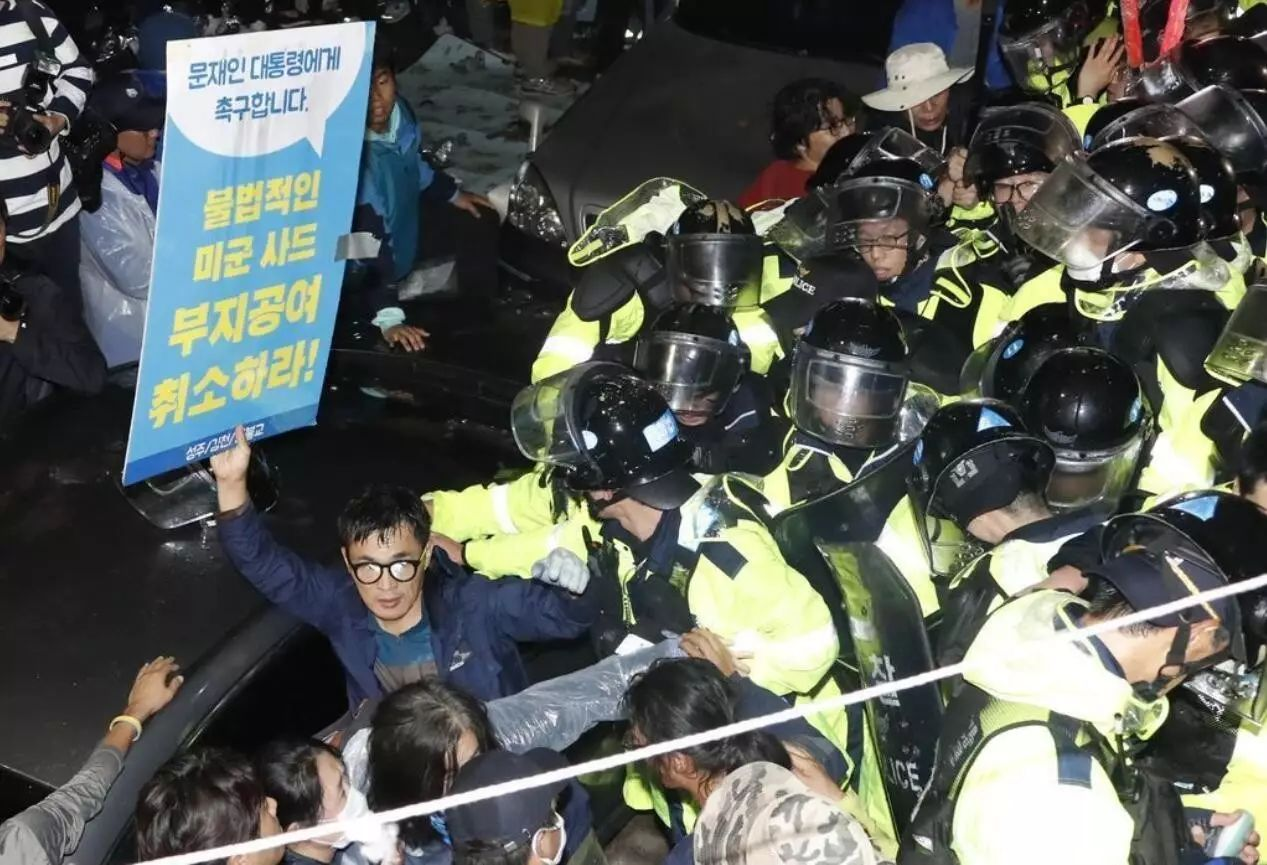 """▲9月7日凌晨,韩国星州郡,韩国部署剩下的4辆""""萨德""""发射车,反""""萨德""""民众封路阻抗,与警方发生激烈冲突。"""