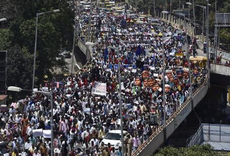 印度万人游行抗议知名女记者被杀 其曾批评莫迪