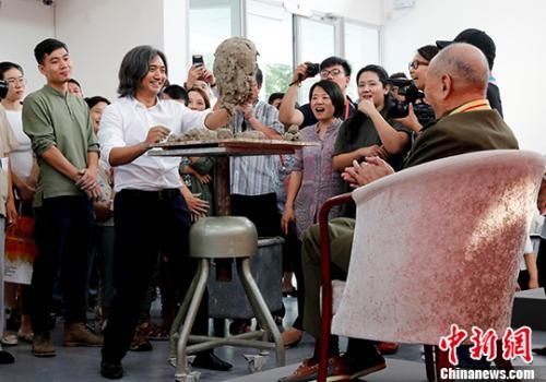 图为吴为山为王彦玲塑像。 中新社记者 杜洋 摄