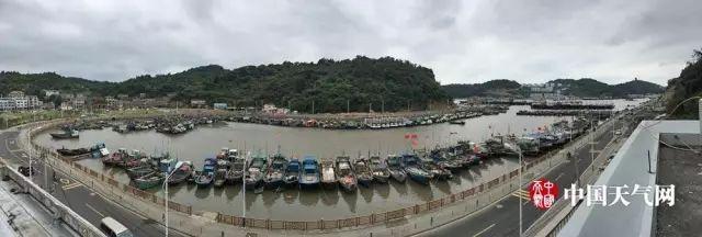 """台风""""泰利""""逼近 浙江温州渔船回港"""