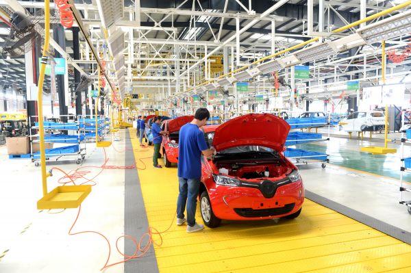 9月2日,江苏如皋经济技术开发区陆地方舟纯电动汽车生产线上的工人们正在进行除尘作业。