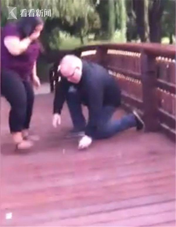 视频|美国男子单膝跪地求婚 手一滑两万块戒指掉下桥缝不见了