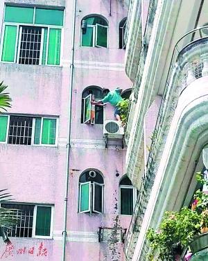 街坊拍下救人的惊险一幕。@广州海珠公安