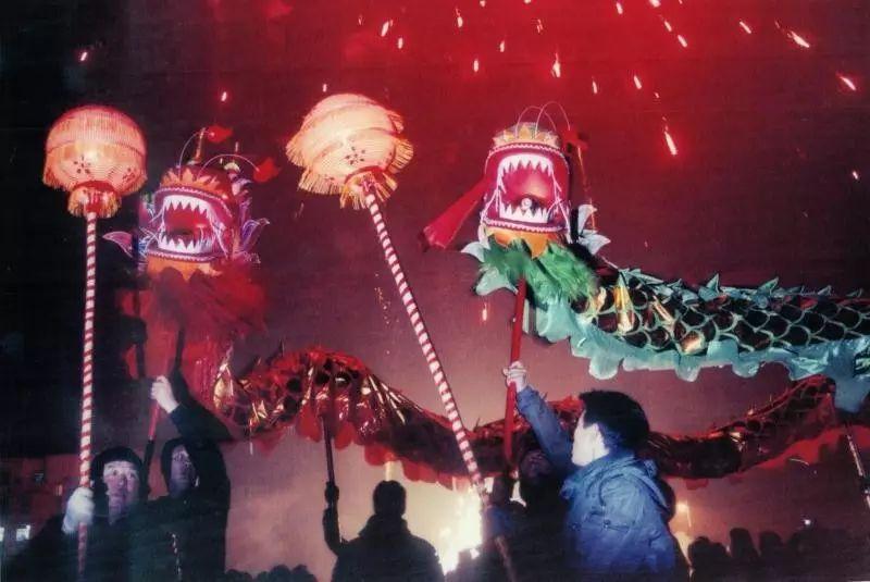 容城县城内村的舞龙表演。