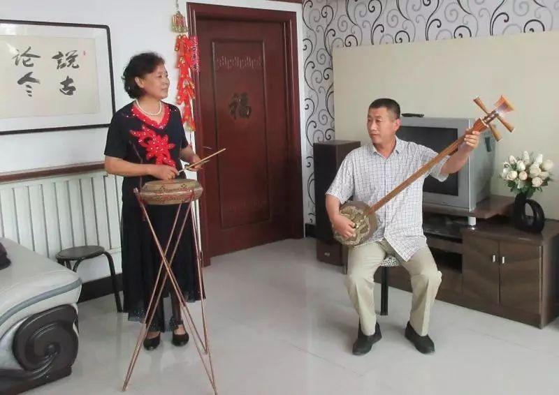 容城县西河大鼓艺人王凤仙准备演唱《偷年糕》,她的丈夫邵振清伴奏。