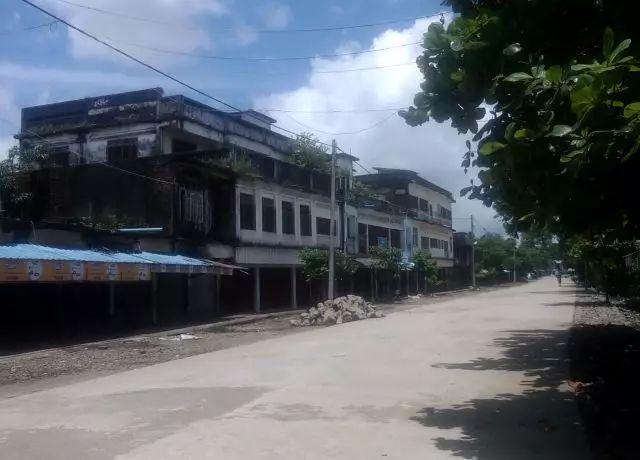 这是8月25日在缅甸若开邦孟都拍摄的空荡荡的街道。袭击事件发生后,当局要求民众不要外出。新华社/法新