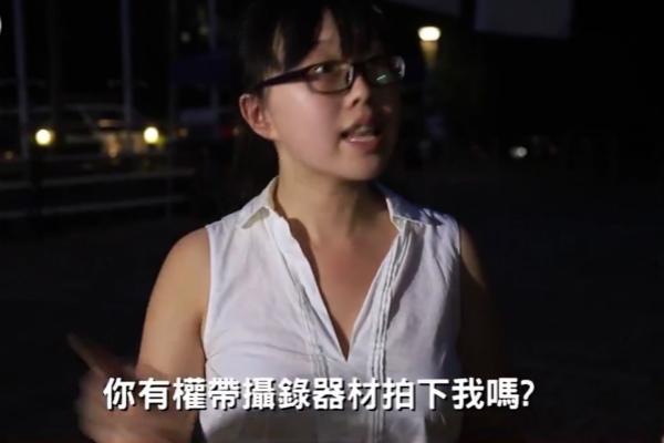 """手撕""""港独""""海报的女学生。(视频截图)"""