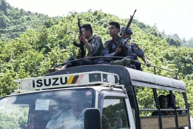8月28日,在缅甸若开邦,警察护送联合国及非政府组织工作人员撤离。 新华社/法新