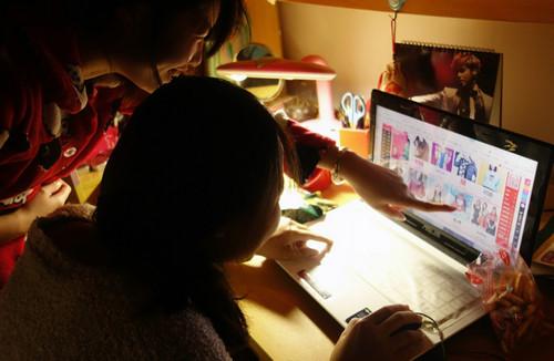 """资料图片:2014年11月10日夜,江苏扬州大学的学生""""夜淘族""""在宿舍熬夜网购。新华社发"""