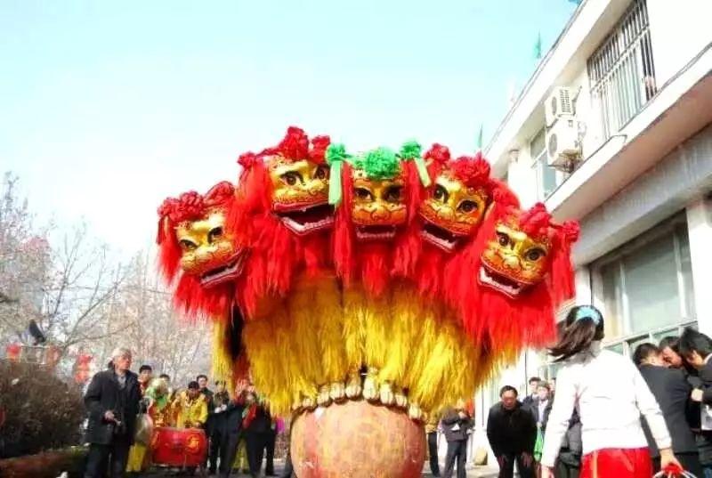 容城县师庄村狮子会的舞狮表演。