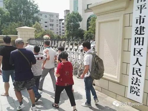 宣判无罪后,缪新华走出法院,重获自由。