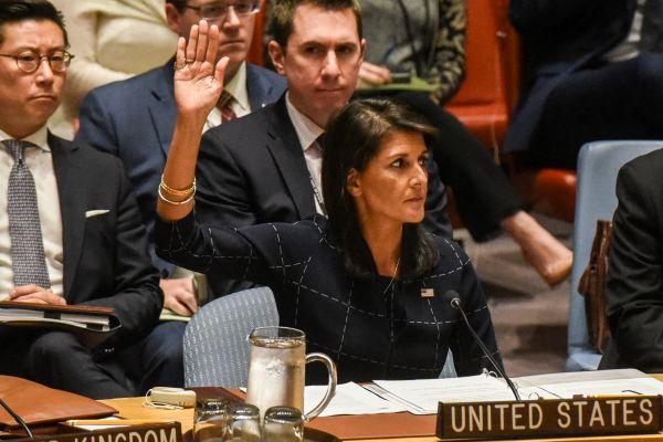 在11日举行的联合国安理会会议上,美国常驻联合国代表黑利举手支持对朝制裁决议。(路透社)