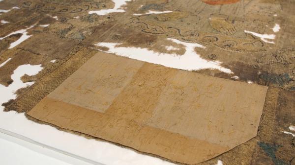 修复师们留下了这一片修复布料,以作为20世纪早期修复工作的一份记录