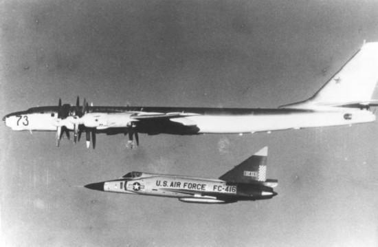 图:冷战时期,美军F102截击机伴飞监视图-95