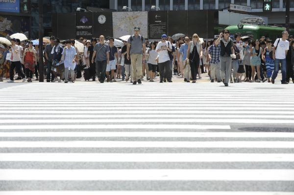 资料图片:行人在日本东京过马路。新华社发