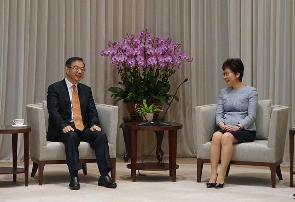 图为周强会面喷鼻港特殊行政区行政主座林郑月娥。
